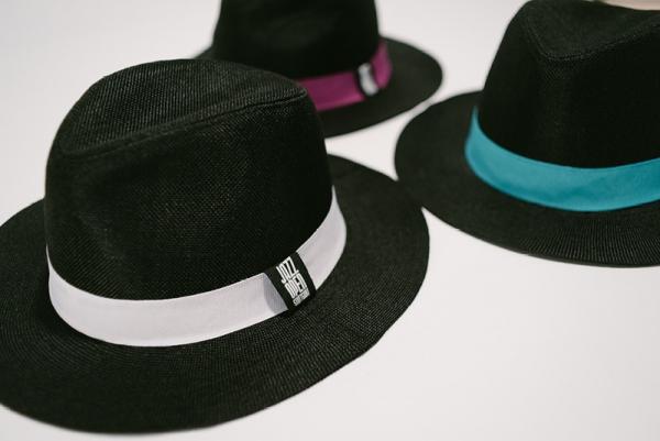 Hut mit Farb-Banderole